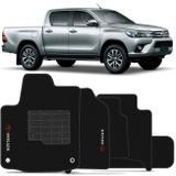 Jogo de Tapetes Carpete Toyota Hilux 2017 e 2018 Preto Bordado com Base Antiderrapante Emborrachada - Requinte tapetes