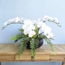 Arranjo Artificial com Seis Orquídeas Brancas e Samambaia no Vaso Preto  Formosinha -