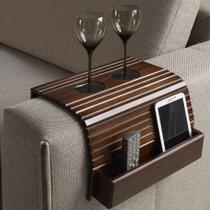 Bandeja esteira de madeira para braço de sofá com porta copos e controle remoto  castanho - Casatema