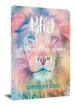 Bíblia Sagrada King James 1611 Lettering Bible Capa Jovem Leão Cores - Editora Bvbooks