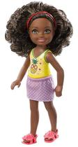 Boneca Barbie Club Chelsea - Morena Cabelo encaracolado Morena Blusa Abacaxi - Mattel
