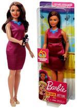 Boneca Barbie Profissões Morena Jornalista Repórter Plus Size - Edição Especial 60 Anos - Mattel -