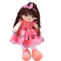 Boneca de Pano com Vestido Rosa e Cabelo Castanho Escuro Encaracolado 59cm - Infinity Presentes