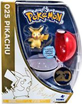 Boneco Pokémon Pikachu 20º Aniversário + Pokeball - Ed. Comemorativa - Tomy -