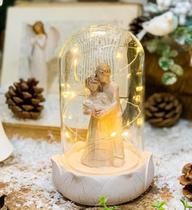Casal Em Resina com Bebe no Colo C/ Luzes de Led Cúpula - Ef