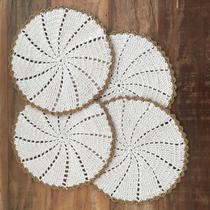 Conjunto de sousplat 4 peças de crochê, redondo, cor algodão cru e acabamento dourado - Caju Artesanatos