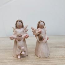 Dois Anjos Abraçando e Segurando Bebê Pequenos Resina 7x3cm - Ef