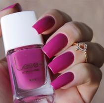 Esmaltes para unhas na cor rosa pink da  LESSA Cosméticos. -