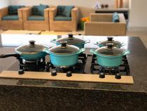 Jogo de panelas cerâmica com tampa de vidro e alças de madeira - Alumínio Fundido Javali 4 peças -