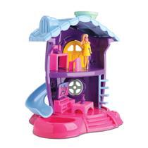 Kit 01 Casinha de Boneca da Judy com Móveis de Sala, 02 Bonecas e Carrinho - Samba Toys -