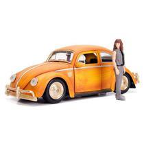 Miniatura Volkswagen Fusca Bumblebee + Figura Charlie 1:24 - Jada Toys -