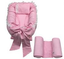 Ninho Redutor de Berço Laço Com Alça Detalhes Em Guipir 80cm x 60cm + Rolinho Segura Bebê - Rosa - Lika Baby