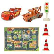 Playset Tapete com 2 Veículos e Acessórios Carros McQueen Disney Toyng -