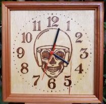 Relógio de madeira de parede desenho de Caveira capacete (moto clube) feito a mão - Artesanal