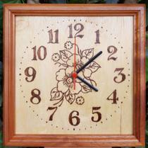 Relógio de madeira de parede desenho de Flores feito a mão - Artesanal
