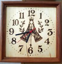 Relógio de Madeira de parede feito a mão com a imagem de Nossa Senhora Aparecida - Artesanal