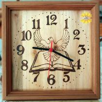 Relógio de Madeira de parede feito a mão desenhado a imagem Divino Espírito Santo - Artesanal
