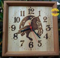 Relógio de madeira de parede pirografado a imagem de Cavalo e Ferradura - Artesanal