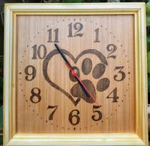 Relógio de parede de madeira desenhado coração pata ( amor pelos animais) feito a mão - Artesanal