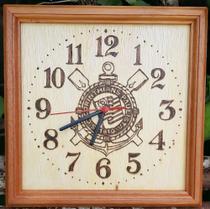 Relógio de parede de madeira feito a mão, desenhado o brasão do Corinthians - Artesanal
