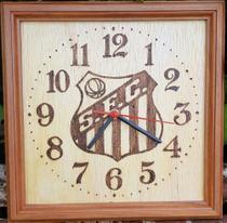 Relógio de parede de madeira feito a mão, desenhado o brasão do Santos - Artesanal