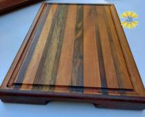 Tabua de madeira maciça para servir, cortar e decorar feita manualmente marchetada modelo linhas - Artesanal