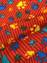 Tecido para decoração Gorgurinho patinhas coloridas - Fundo vermelho - Tmdecor