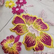 Tecido Tule Bordado 1,30m Flor Rosa com Amarelo com Folhagem Rosa Fundo Preto com Bico - Aras Tecidos