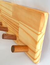 Cabideiro de pinus com ganchos de cedro