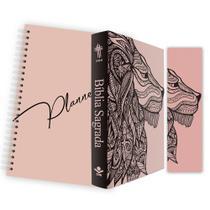 Kit Leão Rosa - Planner Capa Lisa + Bíblia Brochura NTLH + Marca Página