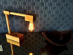 Luminária de madeira com lâmpada de filamento de carbono