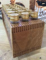 Porta temperos de madeira com 21 tubos pet