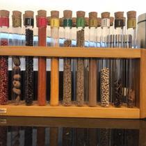 Porta temperos de madeira maciça com 21 tubos de vidro
