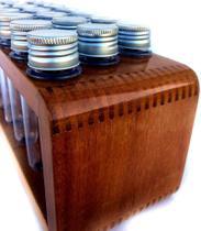 Porta temperos e condimentos de madeira maciça de grápia com 21 tubos pet
