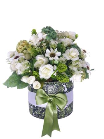 Imagem de Arranjo com vaso cerâmica verde e branco com flores mescladas