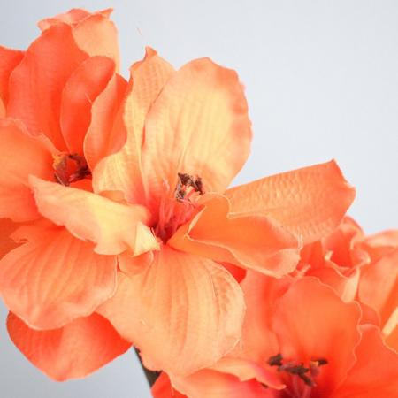 Imagem de Arranjo de Flores Artificiais Amarílis Laranja no Vaso Prateado  Linha Permanente Formosinha