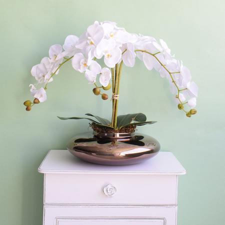 Imagem de Arranjo de Orquídeas Brancas Artificiais no Vaso de Vidro Bronze