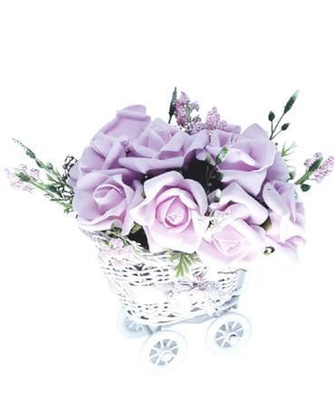 Imagem de Carrinho de vime com com rosas artificiais