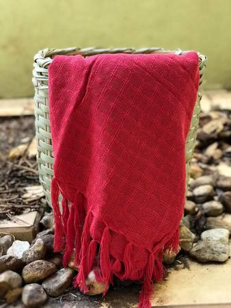 Imagem de manta para sofá vermelha xale protetor sofa artesanal em algodão Acessórios Teodoro