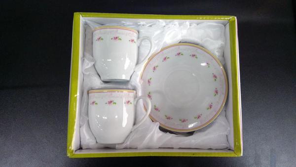 Imagem de Jogo de Xícara para Café de Porcelana, Branca com desenhos em Rosa 04 peças  02 xícaras e 02 pires