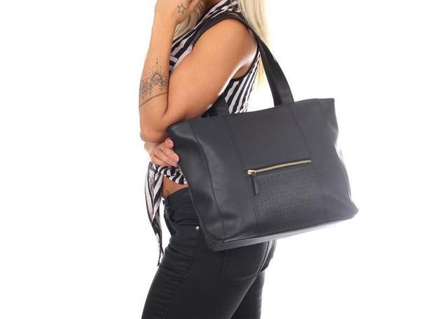 66f42d2ce Bolsa feminina grande ombro preta detalhe zíper Biro - Bolsas e ...
