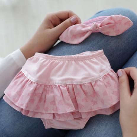 4a44eab9a Conjunto calcinha bunda rica babados malha e faixa de cabelo flores rosa e  rosê mais que