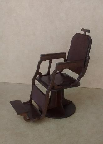 Imagem de Miniatura cadeira de barbeiro, cortada à laser em MDF de 3mm, pintura artesanal na cor marrom.