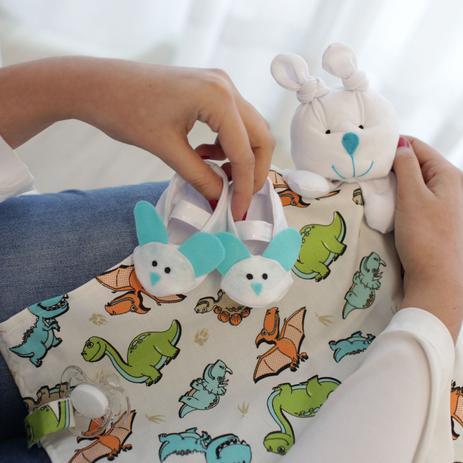 1504eaab858f8f Naninha Malha e Tricoline Dinossauros Laranja Azul e Verde Forro Fralda com  Sapatinho - Mais que baby