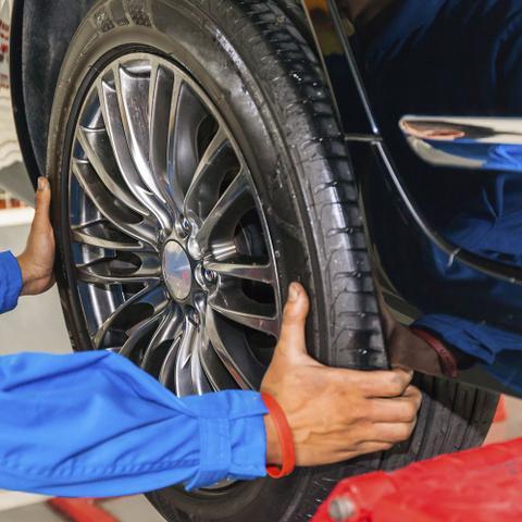 Imagem de Alinhamento + Balanceamento de 2 pneus com instalação e bicos grátis