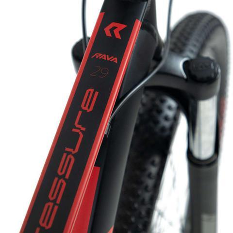 Imagem de Bike Aro 29 - Tam. 17 - 27v - RAVA PRESSURE Preto e Vermelho Câmbio Dianteiro Shimano Freio hidráulico Quadro Alumínio