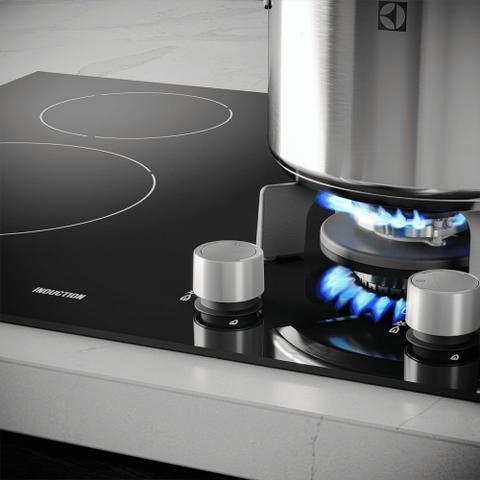 Imagem de Cooktop Híbrido a Gás e Indução 4 Zonas Preto Electrolux (IE60H)