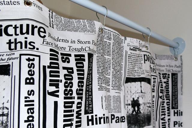 Imagem de Cortina para Varão Comércio Tecido Brim 2,40x1,90 Roupa Estampada Jornal Preto Trocador Provador