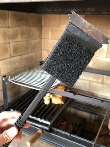 Imagem de Escova para grelha limpadora de churrasqueira com cabo preta aço inox 3 em1