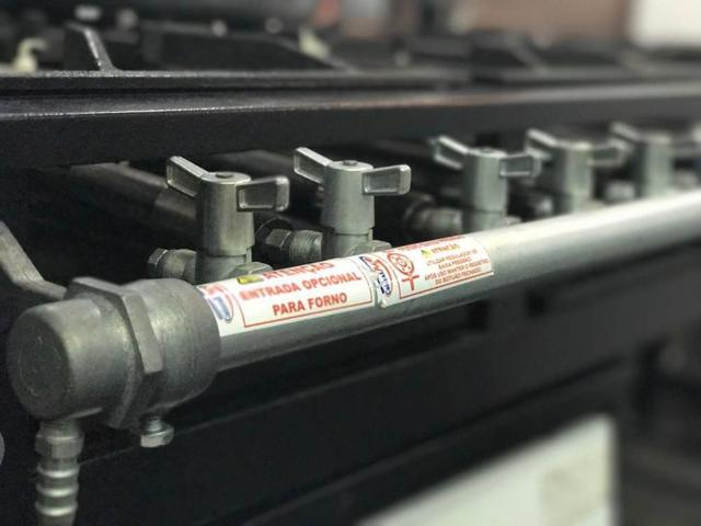 Imagem de Fogão Industrial 4 bocas Grelha 30x30 com Forno Tampa inox